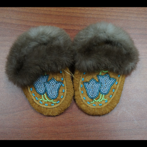 Baby sized moosehide moccasins with beaver trim – Blue Flower Design